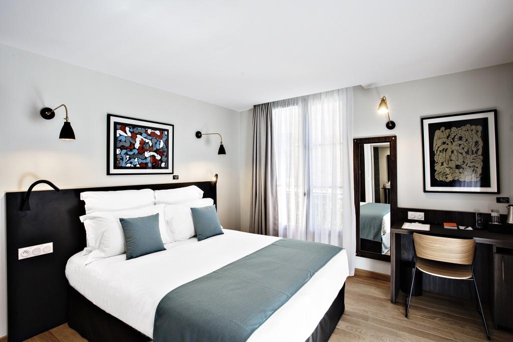 Chambre avec draps blanc et bleu grisé