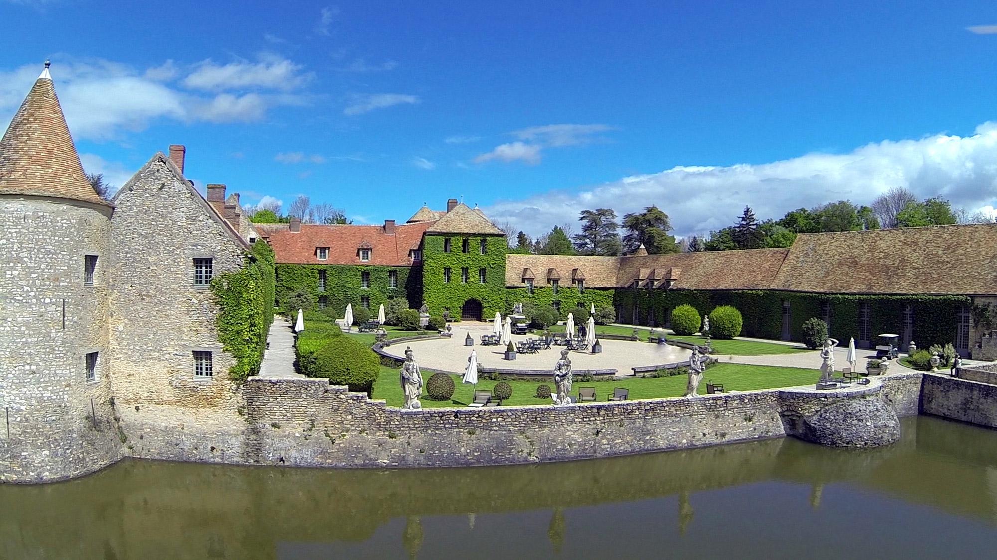 Ancien château transformé en hôtel entouré d'eau