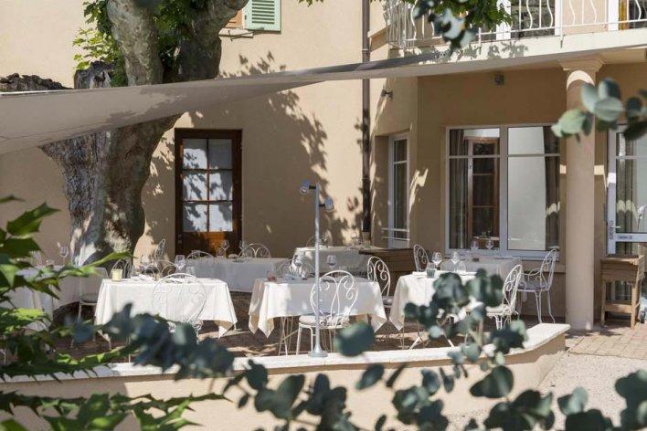 terrasse de restaurant, chaise en fer blanc et table en nappe blanche