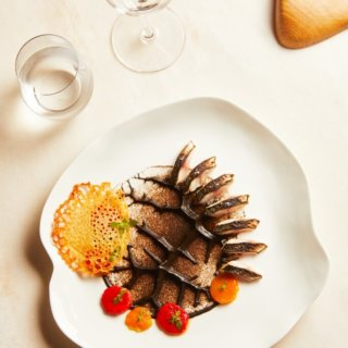 Photo d'un plat d'aubergine maquereau et poivron