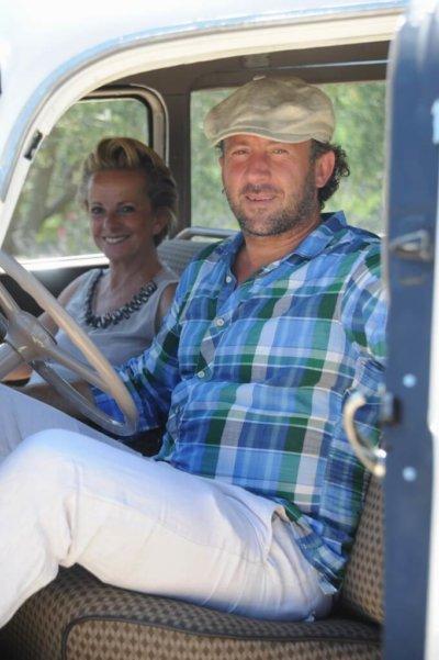 Photo duo femme et homme dans une voiture