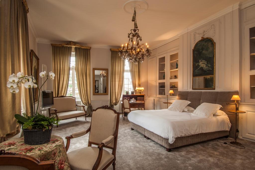 Chambre avec lit double coin bureau et fauteuils