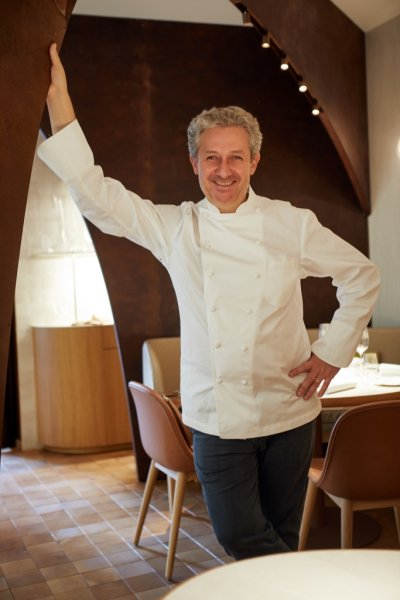 Photo portrait d'un chef avec sa blouse blanche de cuisine