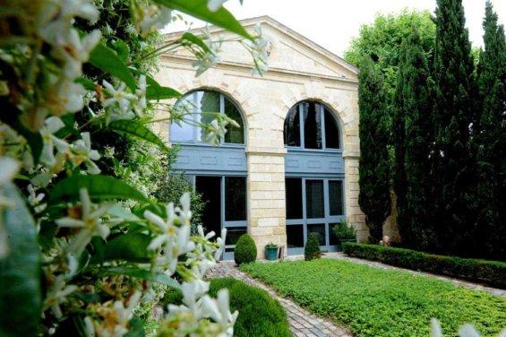 Façade Maison grande fenêtre contours bleu