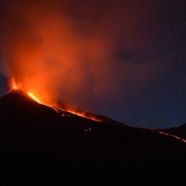 photo de nuit de l'Etna en éruption