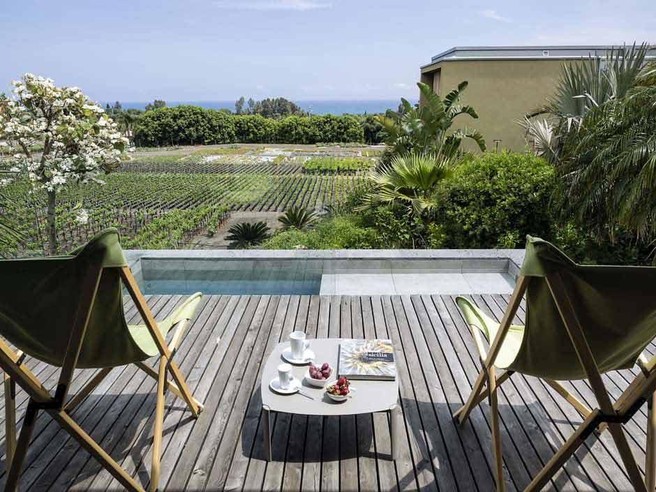 Terrasse avec deux chaises vue sur mer