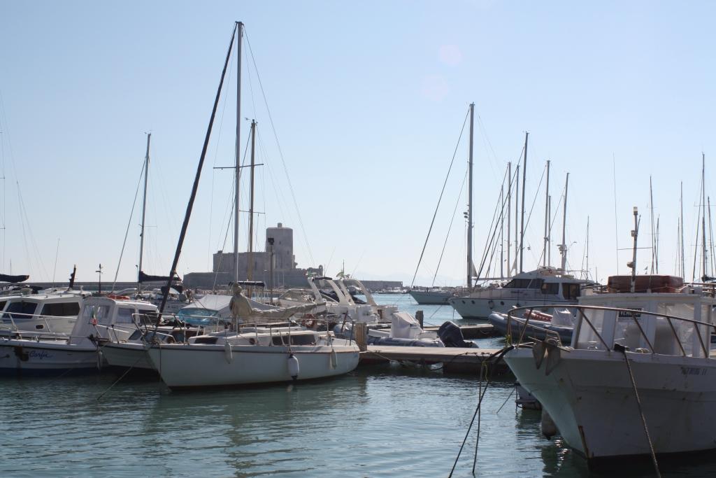 bateaux amarrés à un ponton