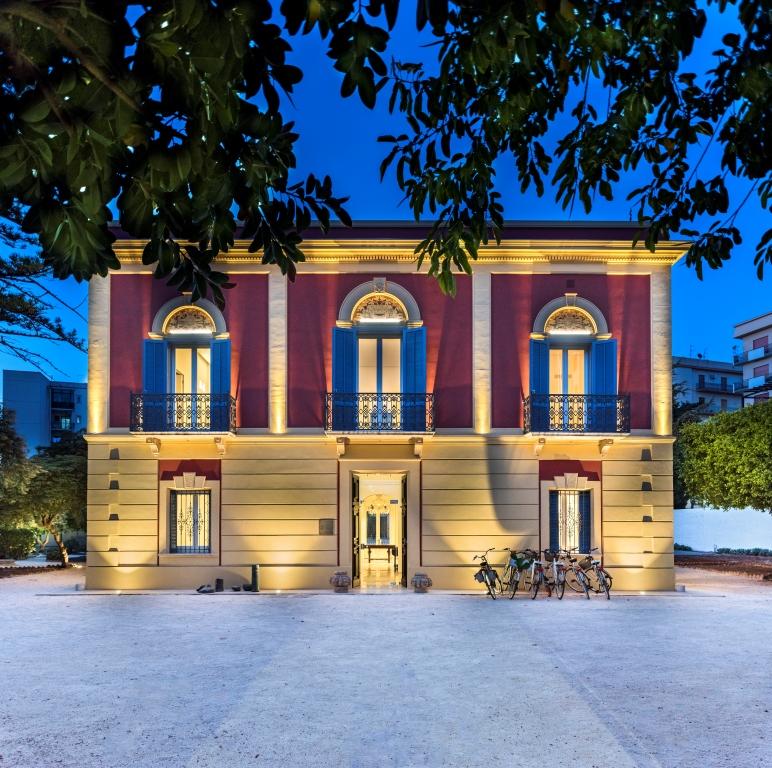 Façade villa italienne murs rose et jaune encadrement fenêtre bleu