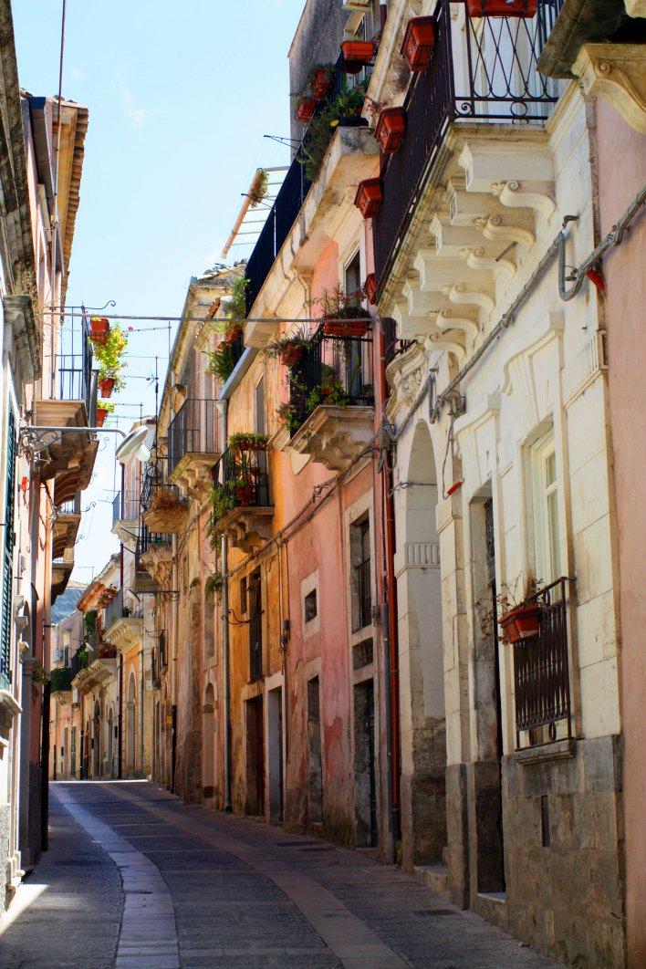 Ruelle avec murs colorés et balcons