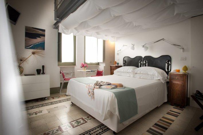 Chambre romantique lit double linge de lit blanc