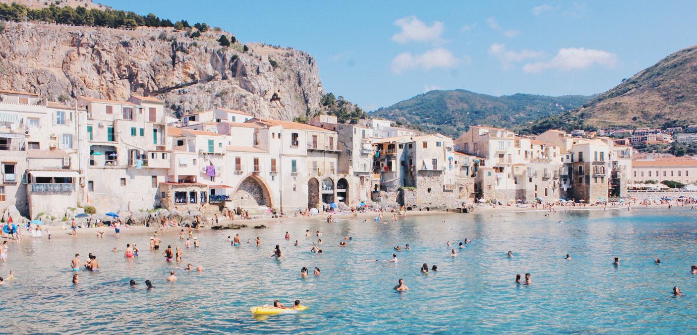 Baie de Taormina avec plage et bâtisses siciliennes