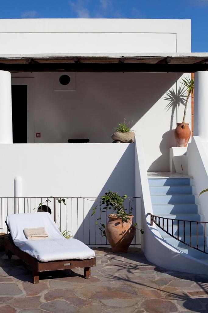 Terrasse ensoleillé avec transat d'une bâtisse blanche typique de Panarea