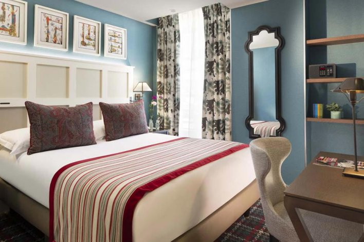 chambre romantique lit double linge rose et blanc, murs bleus