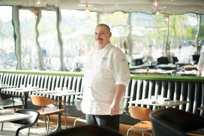 photo chef en veste de cuisine dans son restaurant