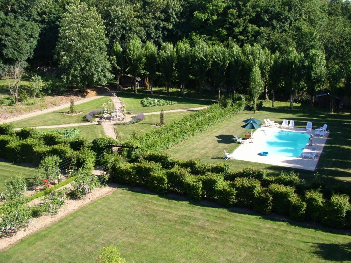 Vue aérienne d'une piscine installée en pleine verdure.