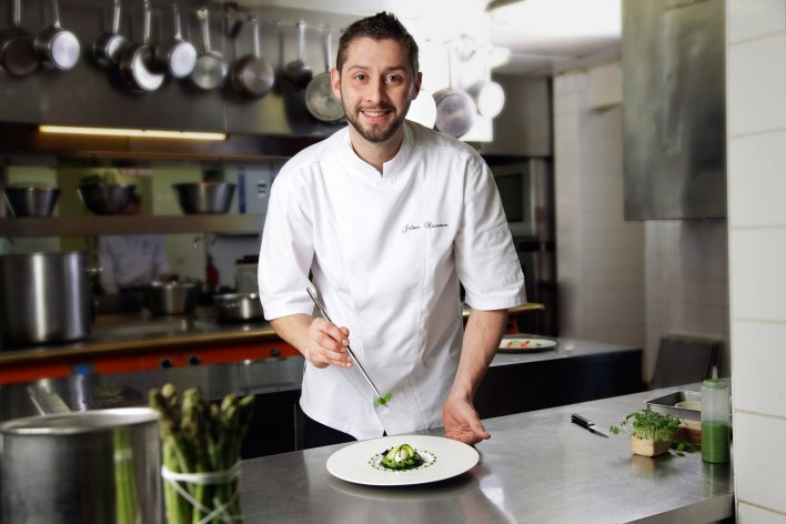 Portrait du chef Julien Razemon en train de préparer un plat à base de courgette.
