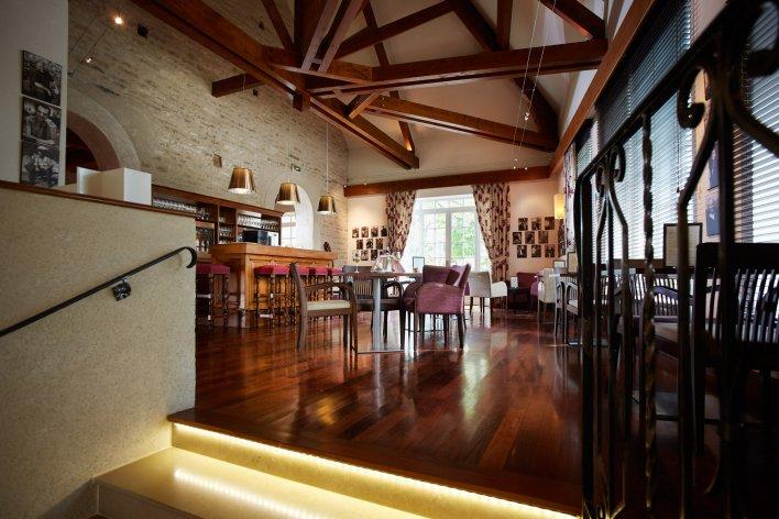 Bar décoré dans une ambiance bourguignonne pour déguster des vins dans un décor typique.