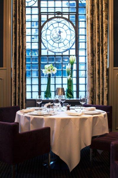 Table dressée dans une salle de restaurant décorée dans l'esprit des année 30.