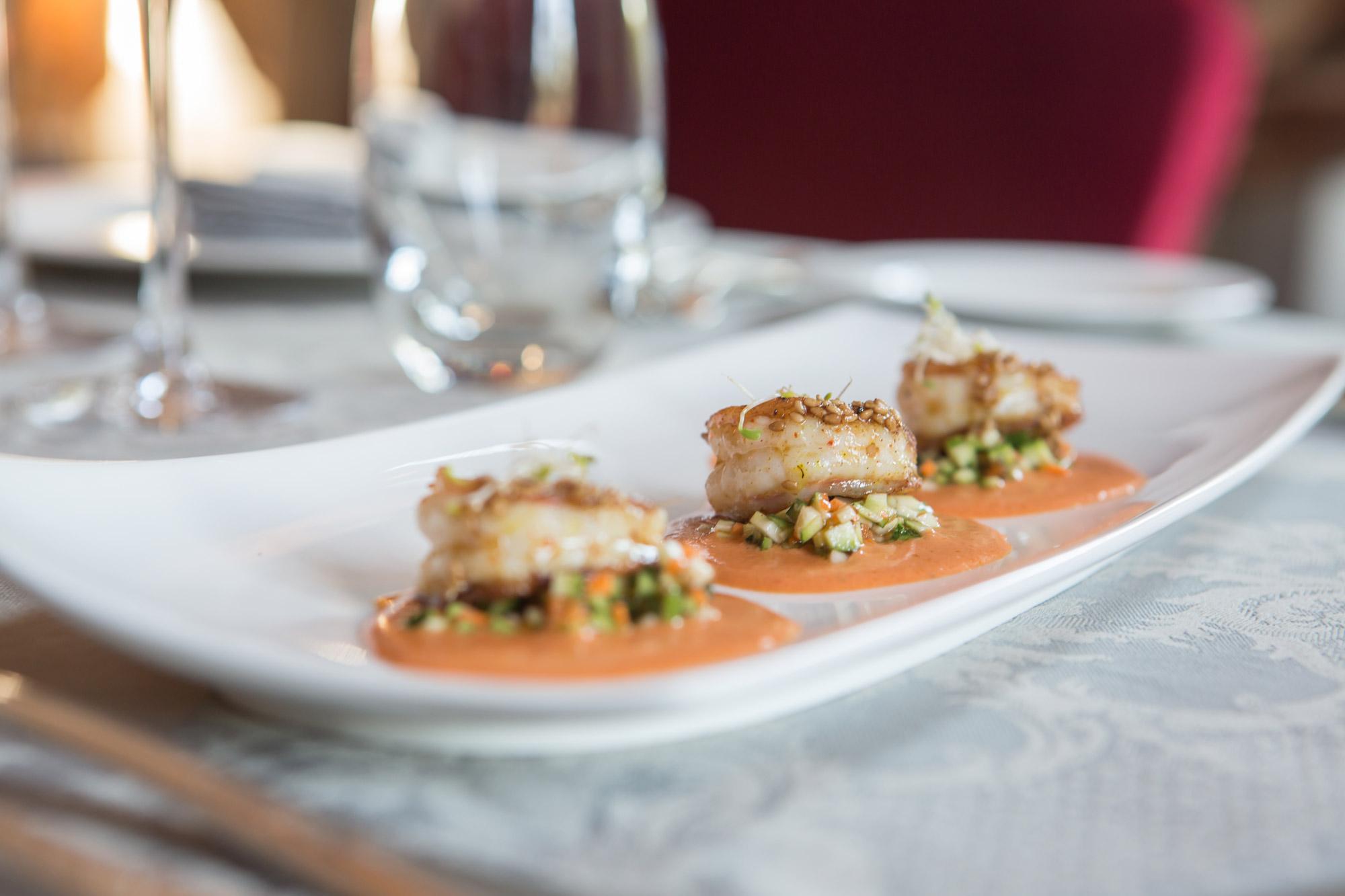 Plat à base de poisson réalisé dans un restaurant gastronomique.