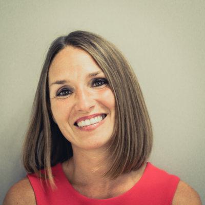 Portrait femme souriante cheveux mi-long haut rouge