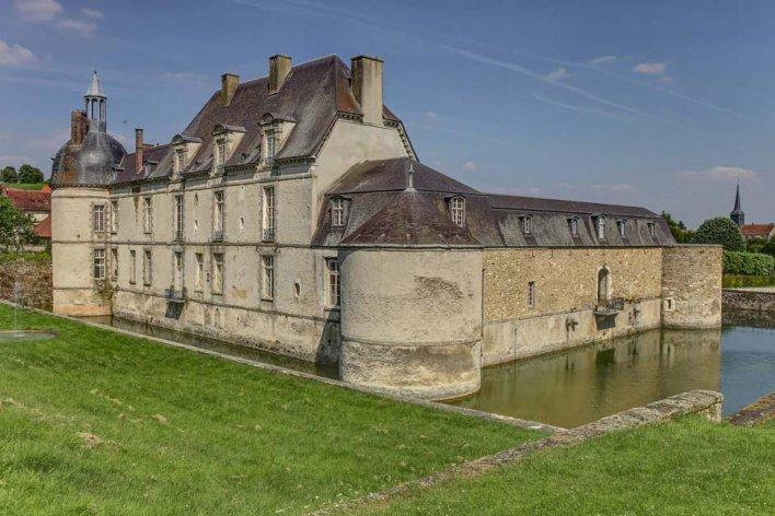 Château et douves qui l'entourent