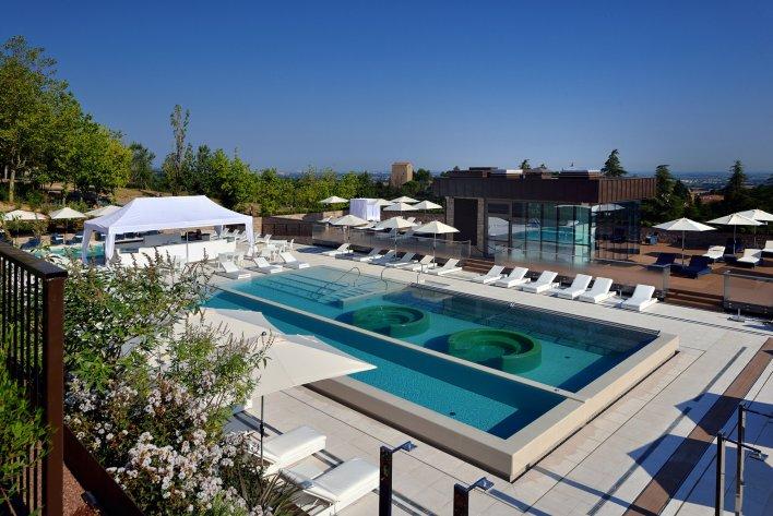 Vaste piscine design pour passer un moment détente inoubliable en Italie.