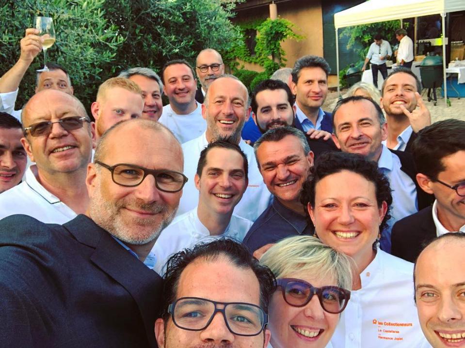 selfie d'un groupe de chef en tenue de cuisinier