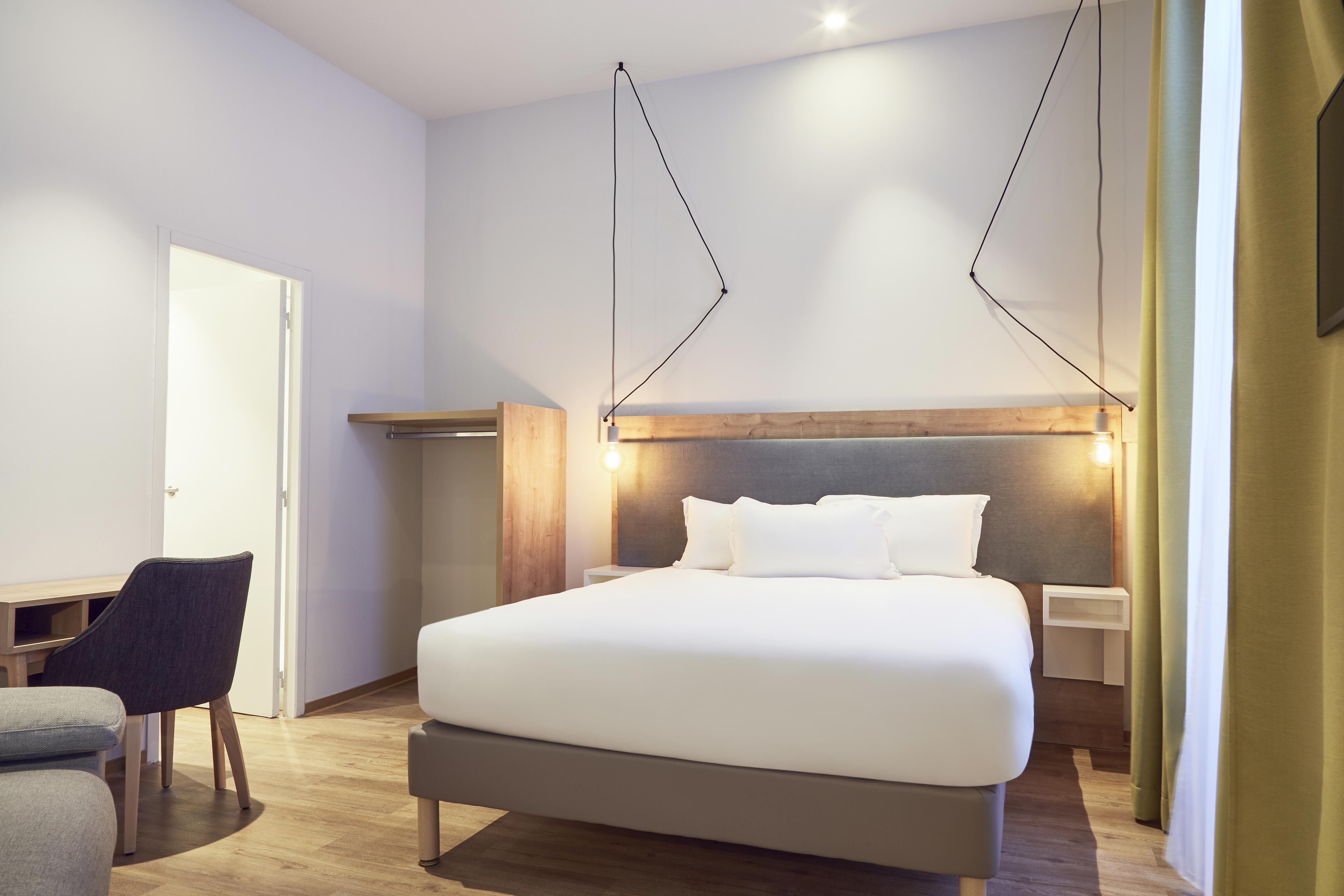 Chambre lit double linge de lit blanc et lampe de chevet design