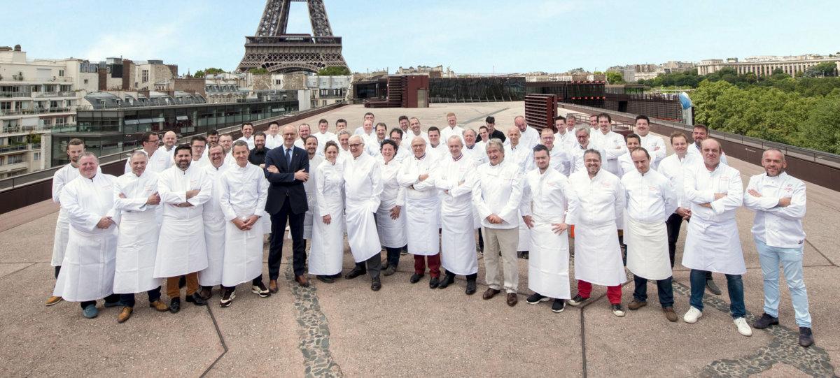 Photo collégiale de plusieurs chefs devant la tour eiffel
