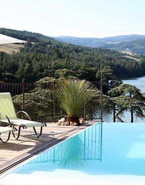 piscine à débordement avec vue sur un lac