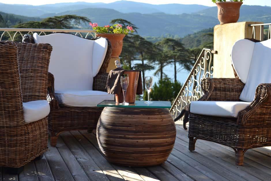 fauteuil en extérieur sur une terrasse avec vue sur un lac