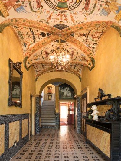 couloir peinture jaune et fresques au plafond
