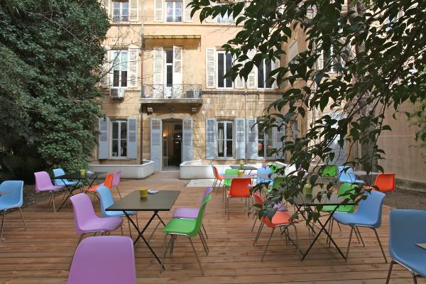 Terrasse en bois mobilié coloré