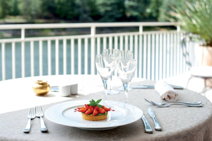 Plat de fraises sur la table d'une terrasse