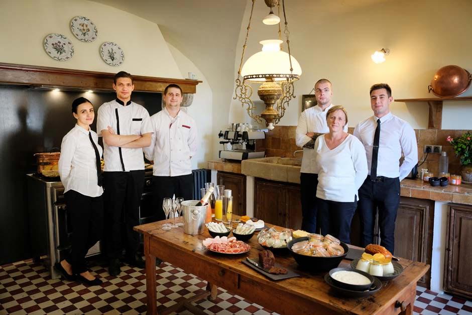 restauraterus et hôteliers réunis dans une cuisine
