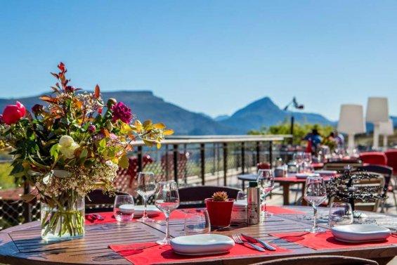 Terrasse table dressée bouquet de fleurs et vue dégagée
