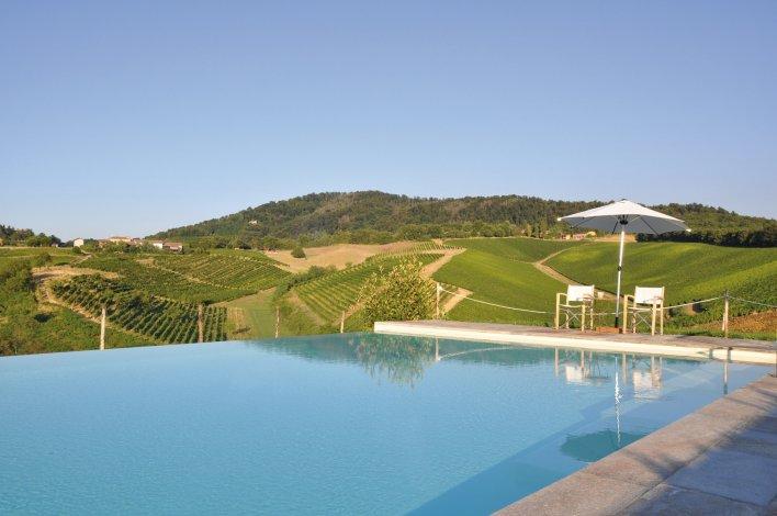 Grande piscine en extérieur avec vue sur la Lombardie