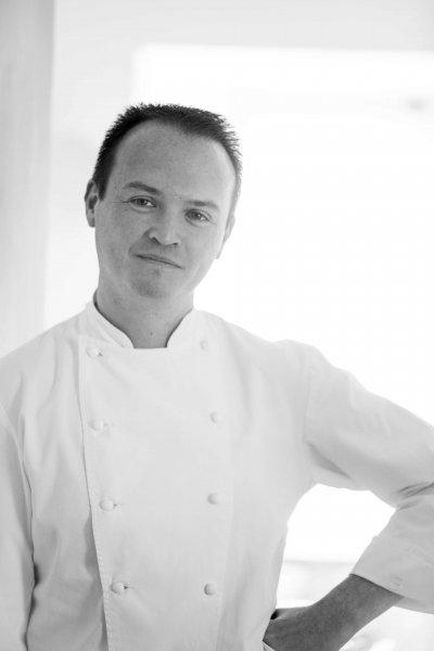 Portrait noir et blanc d'un chef