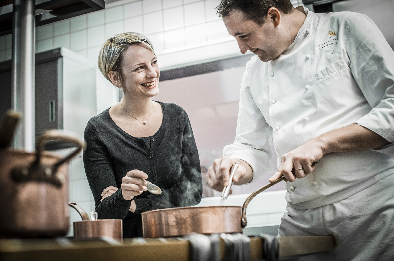 Couple cuisinant en cuisine