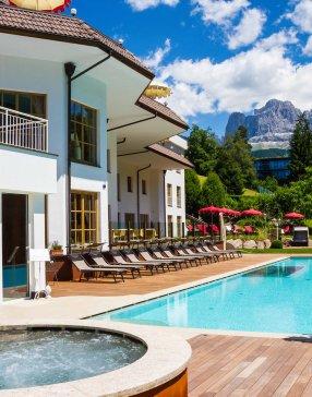 terrasse avec transats, piscine et jacuzzi