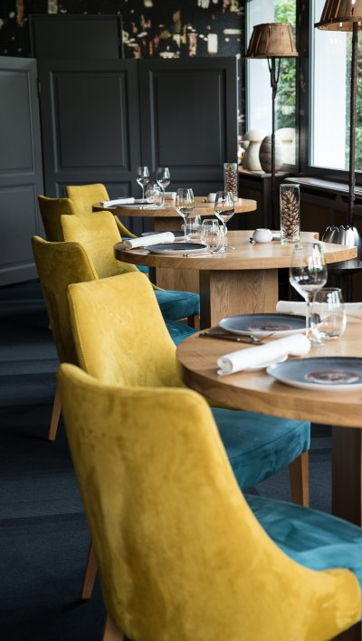 Salle restaurant dressé chaises jaune et bleu