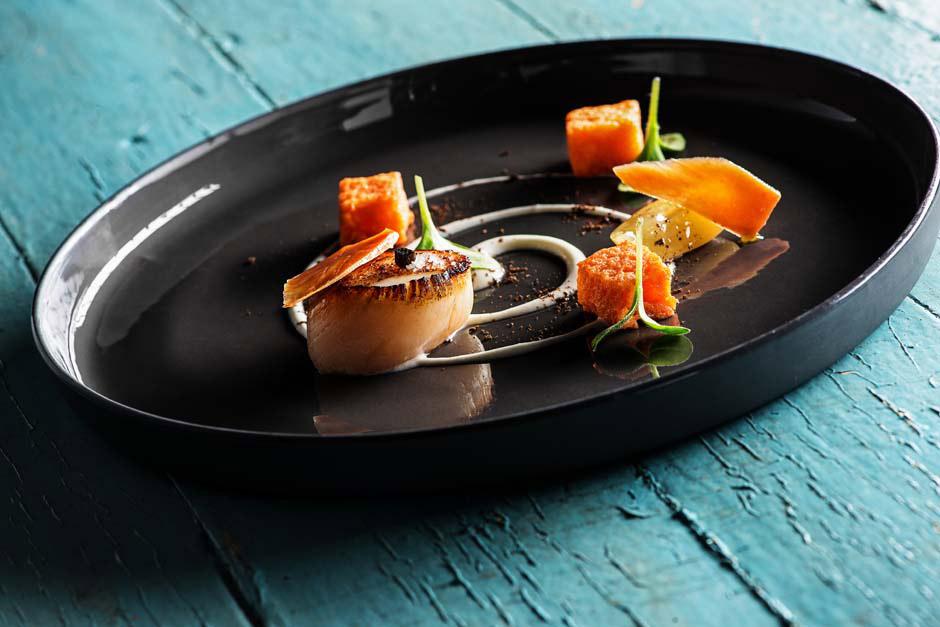 plat de saint jacques assiette noire