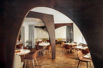 Salle de restaurant ton orange bronze et marron