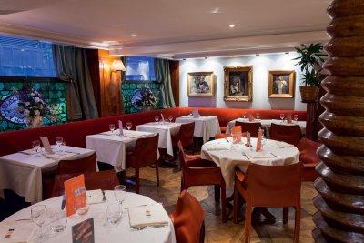 Salle de restaurant brasserie nappe blanche assises orange