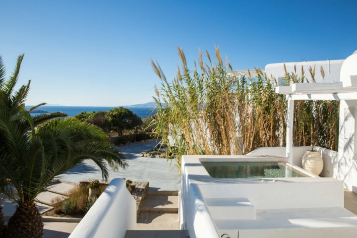 terrasse avec jacuzzi privatif