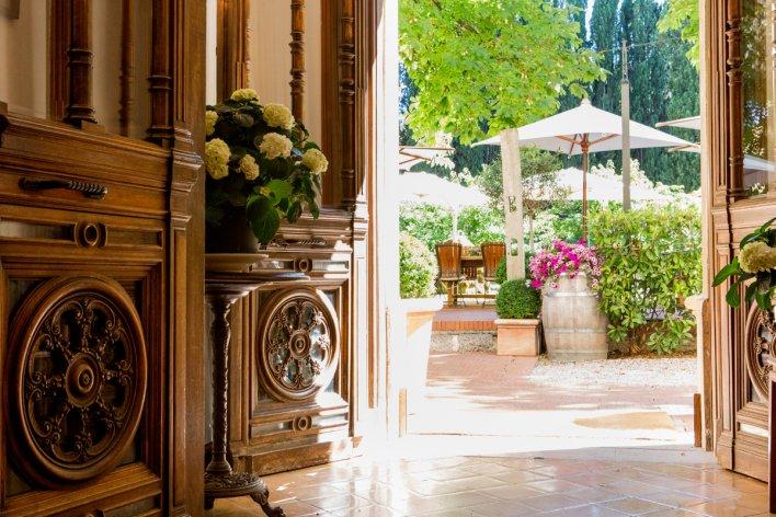 Porte ouverte avec vue sur terrasse