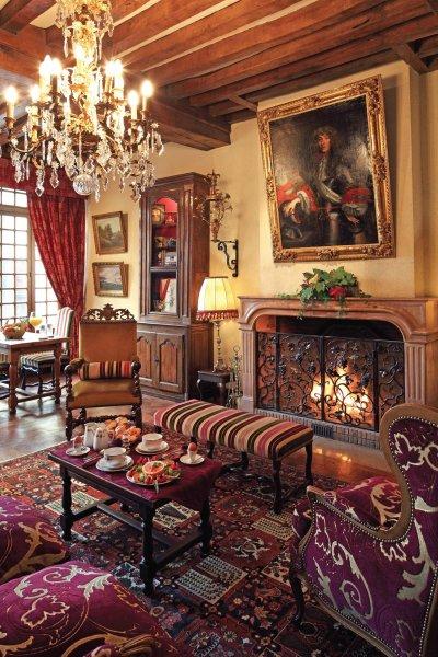 Salon cheminée lustre pampilles et cadres