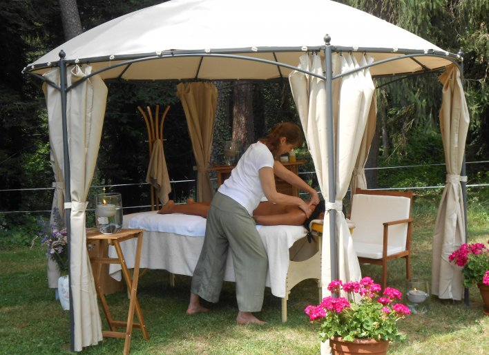 Femme se faisant masser sous une tonelle