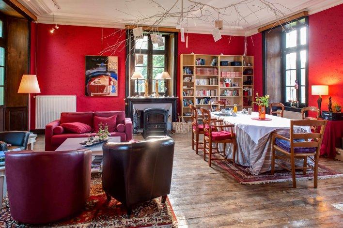 Salon Salle à manger mur rouge et bibliothèque
