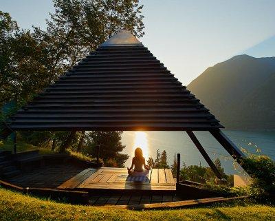 Séance de méditation sous tipis en bois